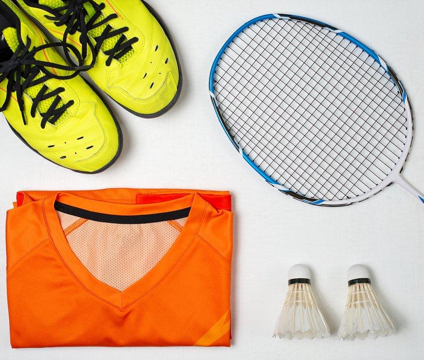 Pokud začínáte s badmintonem, stačí koupit vybavení a pustit se do toho.