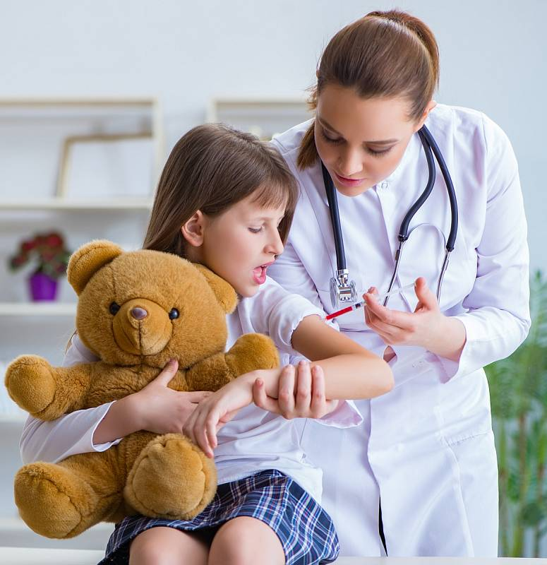 Mezi povinná, pojišťovnou hrazená očkování patří hexavakcína (záškrt, tetanus, černý kašel, dětská obrna, hepatitida typu B a onemocnění vyvolaná Haemophilus influenzae typu B), kterou je možné aplikovat od 9. týdne věku dítěte.