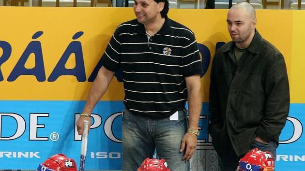 Jiří Kalous (vpravo) na střídačce hokejistů Slavie vedle svého učitele Vladimíra Růžičky.