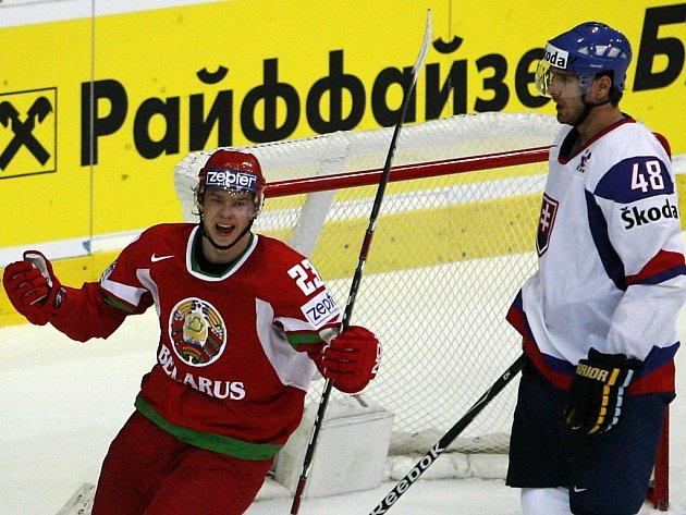 Běloruský útočník Andrej Stas (v červeném) slaví branku v síti Slovenska.