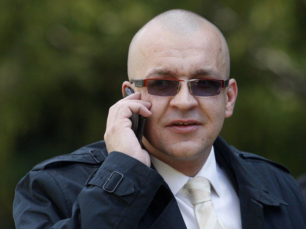 Poslanci Jaroslavu Škárkovi uložil soud tři roky vězení za to, že Bártu podvedl.