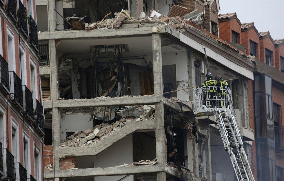 Poškozena byla tři patra, zahynuli nejméně dva lidé.