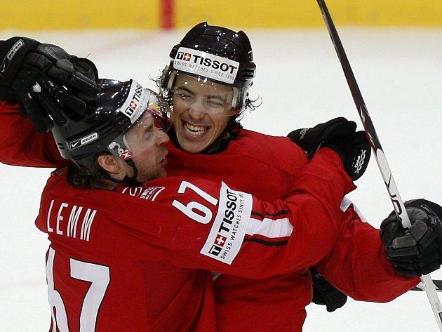 Roman Wick ze Švýcarska (vpravo) slaví svoji branku proti Německu se spoluhráčem Romano Lemmem.