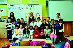Na fotografii jsou žáci ze ZŠ Plynárenská, Teplice, 1. třída paní učitelky Lenky Kristové, asistentky Andrea Medzanská a Jana Adamová.