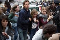 SVĚTOVÁ VÁLKA Z. Pandemie vypukla. Brad Pitt a Mireille Enos jako manželé Laneovi v brutální sci-fi Marka Forstera.