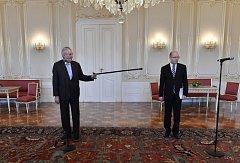 Střet Bohuslava Sobotka a Miloše Zemana kvůli demisi