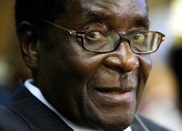 Robert Mugabe se drží moci vší silou.