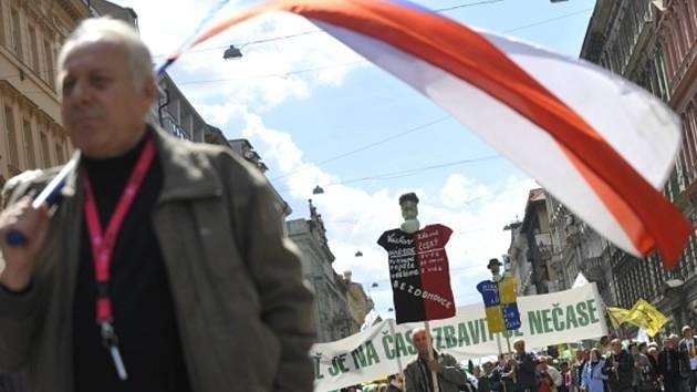 Před polednem 21. dubna začala v Praze protivládní demonstrace, tisíce účastníků směřovaly na Václavské náměstí od náměstí I. P. Pavlova a od domu odborů.