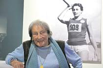 """SLADKÉ VZPOMÍNKY. Dana Zátopková olympiády uměla: v Helsinkách 1952 vyhrála (její muž Emil ve stejný den ovládl běžecký závod na pět kilometrů) a v Římě 1960 byla stříbrná. """"Olympiáda je něco extra, magická přehlídka nejlepších,"""" říká zasněně."""