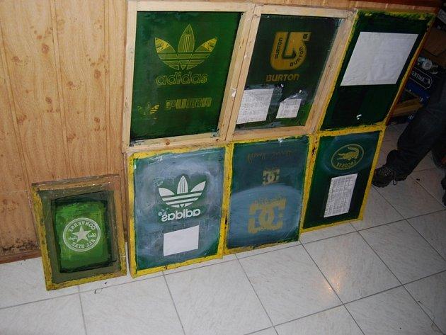 Celníci objevili ve spolupráci s pražskými kriminalisty cizinecké policie v Šeberově výrobnu textilu.