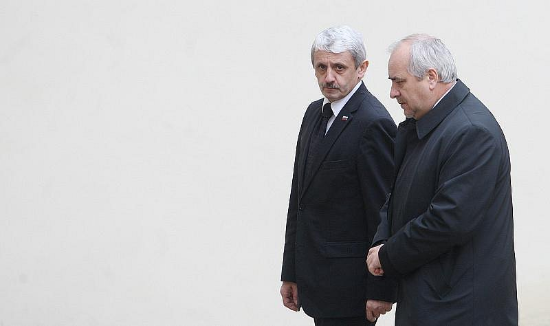 Naposled se zesnulým Jiřím Dienstbierem se mohli lidé rozloučit 14. ledna v budově Senátu v Praze. Na snímku vlevo Mikuláš Dzurinda.