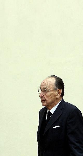 Naposled se zesnulým Jiřím Dienstbierem se mohli lidé rozloučit 14. ledna v budově Senátu v Praze. Na snímku Hans Dietrich Genscher.