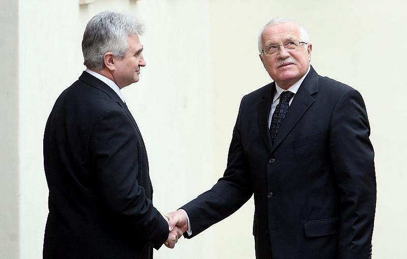 Naposled se zesnulým Jiřím Dienstbierem se mohli lidé rozloučit 14. ledna v budově Senátu v Praze. Na snímku předseda Senátu Milan Štěch (vlevo) a prezident Václav Klaus.