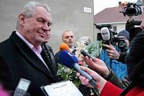 Miloš Zeman v obležení novinářů