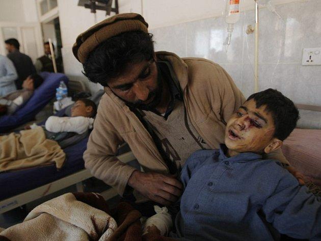 Počet obětí pondělního zemětřesení na severu Pákistánu a Afghánistánu už dosáhl 311, a oproti pondělní bilanci tak vzrostl téměř o stovku.