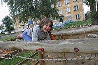 """Děvčátko si hraje před romským """"panelákem"""" na okraji Dobré Vody"""