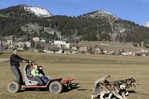 Alpská lyžařská střediska se potýkají s nedostatkem sněhu a normální provoz často nezaručuje ani intenzivní zasněžování. Ilustrační foto.