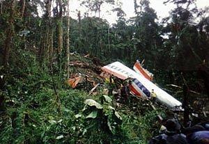 Vrak letadla na kolumbijské hoře nedaleko města Buga, kam jej piloti navedli omylem. V letectví se takové nehodě říká řízený náraz do terénu
