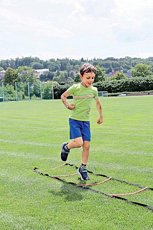 Běžecký žebřík - Dookének žebříku lze skákat pravou nebo levou nohou – vpozici je třeba pokaždé vydržet alespoň tři vteřiny, aby si dítě uvědomilo stabilitu celého těla.