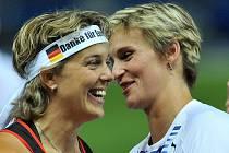 Česká oštěpařka Barbora Špotáková (vpravo) gratuluje ke zlaté medaili jediné své přemožitelce ve finále MS v Berlíně Němce Steffi Neriusové.