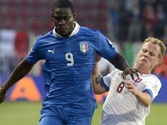 Mario Balotelli z Itálie v souboji s Davidem Limberským.
