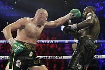 Tyson Fury (vlevo) a Deontay Wilder bojovali 22. února 2020 v Las Vegas o pás mistra světa těžké váhy organizace WBC.