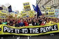 Desítky tisíc lidí v Londýně přišly na pochod za nové referendum o brexitu.