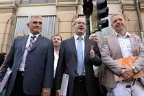 Zleva Milan Štěch, Bohuslav Sobotka a Milan Chovanec podali 4. července na poště na Masarykově nádraží v Praze 22.577 doporučených zásilek s hlasovacími lísky pro členy strany do vnitrostranického referenda o změnách fungování ČSSD.