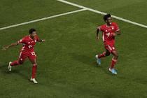 Finále fotbalové Ligy mistrů v Lisabonu Paris St. Germain - Bayern Mnichov. Fotbalista Bayernu Kingsley Coman (vpravo) se raduje z gólu, vlevo jeho spohráč Serge Gnabry