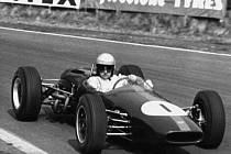 Jezdec F1 Jack Brabham na snímku z roku 1965.