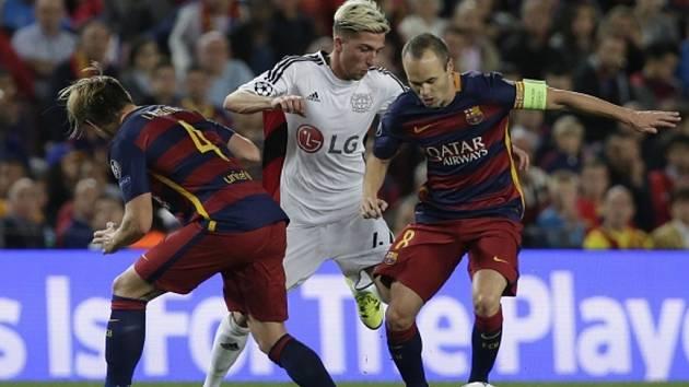 Andrés Iniesta z Barcelony (vpravo) kontroluje míč před Kevinem Kamplem z Leverkusenu (uprostřed).