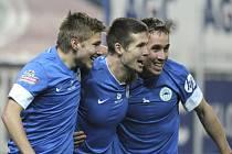 Jiří Pimpara z Liberce (uprostřed) se raduje se spoluhráči Martinem Frýdkem (vlevo) a Josefem Šuralem z gólu proti Teplicím..