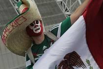 Fanoušek Mexika míří na zápas s Brazílií.