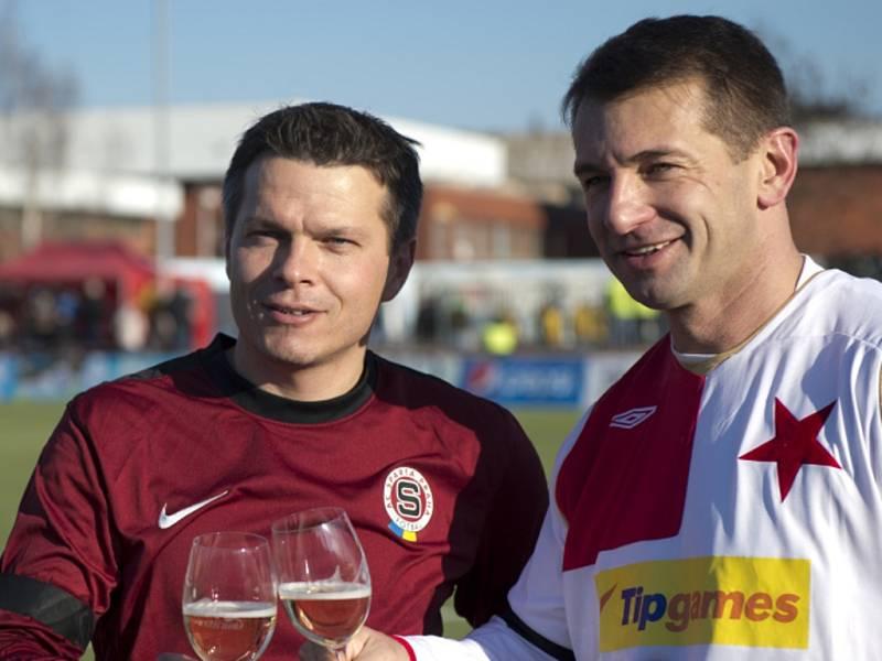 Libor Sionka v dresu Sparty (vlevo) a Pavel Kuka ze Slavie po konci Silvestrovského derby.