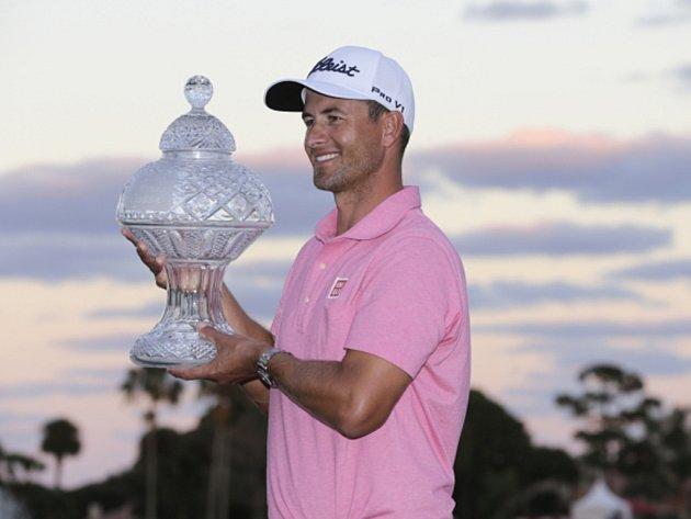 Adam Scott s trofejí pro vítěze turnaje v Palm Beach Gardens.
