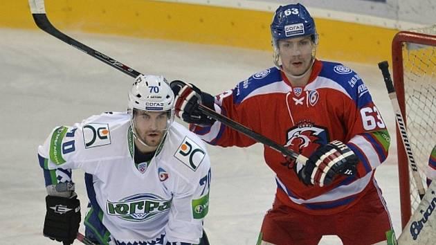 Ondřej Němec ze Lva Praha (vpravo) hlídá Radka Smoleňáka z Chanty-Mansijska.