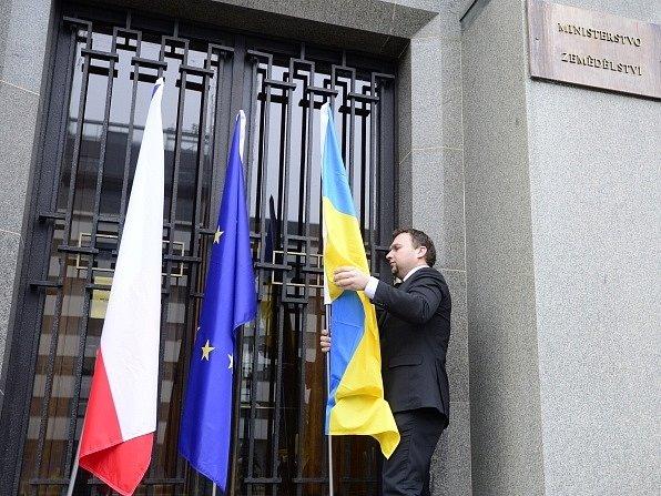 Ministr zemědělství Marian Jurečka vyvěsil 6. března před budovou úřadu na pražském Těšnově ukrajinskou státní vlajku jako výraz podpory tamnímu obyvatelstvu. Jedná se o jeho osobní iniciativu, s vládou ji nekonzultoval.