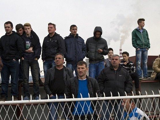 Kosovští fanoušci na historicky prvním mezinárodním utkání jejich mužstva.