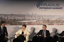 Viceprezidentka Evropské komise Kristalina Georgievová (druhá zleva) a ministr zahraničních věcí Lubomír Zaorálek (druhý zprava) na mezinárodní konferenci v rámci Pražského evropského summitu 6. června v Praze