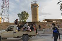 Členové iráckých milicí a jejich příznivci u americké ambasády v Bagdádu na snímku z 1. ledna 2020