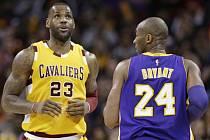 Hvězdy NBA: LeBron James z Clevelandu (vlevo) a Koby Bryant z Lakers.