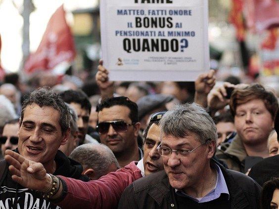 V Římě demonstrovaly desetitisíce lidí proti reformám trhu práce.
