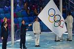 Štafetu převzal Pchjongčchang. Olympijskou vlaku převzal z rukou prezidenta MOV Thomase Bacha (vlevo) starosta příštího olympijského města I Sok-ne.