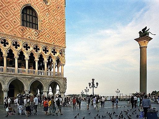Krmení holubů na náměstí sv. Marka v Benátkách bylo oblíbeným úlovkem fotografujících turistů. Jenže město se rozhodlo se hejny opeřenců, jejichž trus ničí památky, bojovat. Krmení proto zakázalo.