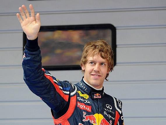 Němec Sebastian Vettel zdraví fanoušky po úspěšné kvalifikaci na VC Číny.