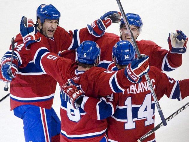 Hokejisté Montrealu se radují z gólu.