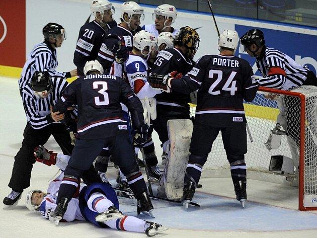 Hokejisté Norska (v bílém) sledují, zda rozhodčí potvrdí gól v brance USA.