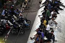 Stovky lidí mají v Indonésii ve zvyku jezdit na střechách vagonů, protože tak uniknou tlačenici uvnitř, nemohou si dovolit koupit jízdenku, anebo jim to jednoduše připadá zábavnější. Každoročně si ale tento zvyk vyžádá desítky obětí.