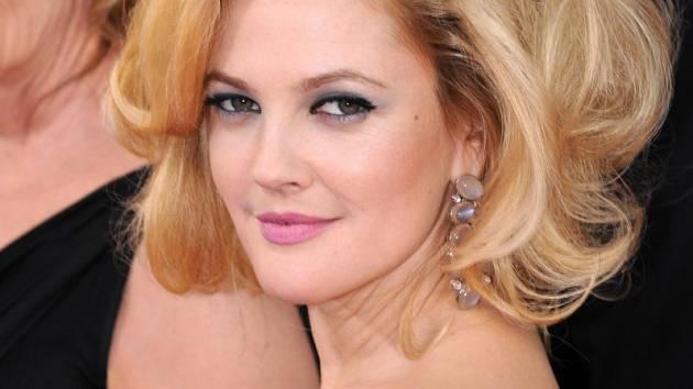 Drew Barrymore strávila před kamerami celý svůj život. Mnozí si jí mnozí pamatují jako roztomilou holčičku z filmu E.T.