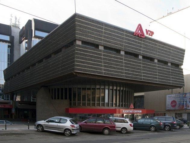 Objekt bývalého federálního ministerstva paliv na Vinohradské třídě v Praze chce investor začít bourat letos. Místo něj by vedle Českého rozhlasu měla vyrůst až osmipatrová kancelářská budova.
